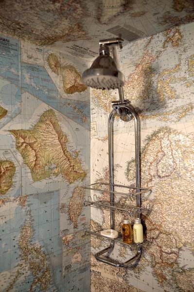 庭のウッドデッキの脇に置かれたロングボディのキャンピングトレーラーAIRSTREAMのバスルームのシャワー オーバーヘッドシャワー