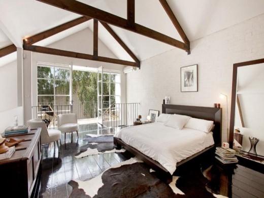 開放的な屋外リビング的バルコニー付きの2階のベッドルーム 庭の上部