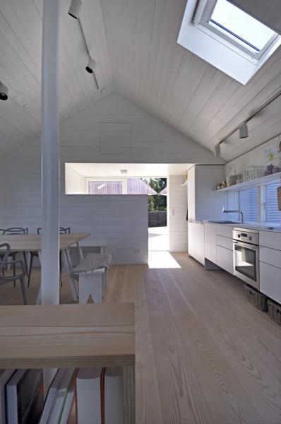 平屋を5軒星形に配置したデンマークの夏の家のダイニング・キッチン2