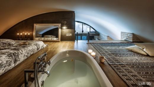 リビング・ダイニング・キッチンの上のロフトのベッドルーム&バスルーム
