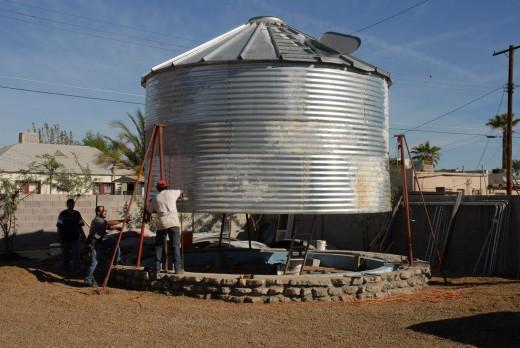 穀物サイロを流用して作った円筒形のコンパクトハウス サイロの設置中