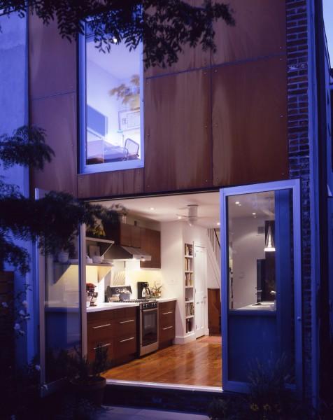 大開口のガラスドアで庭につながる明るく開放的なキッチン