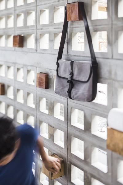 空間を自在に区切るコンクリート製の収納兼パーティションブロック「スクリーンブロック」で区切って作られたエントランスのハンガースペース