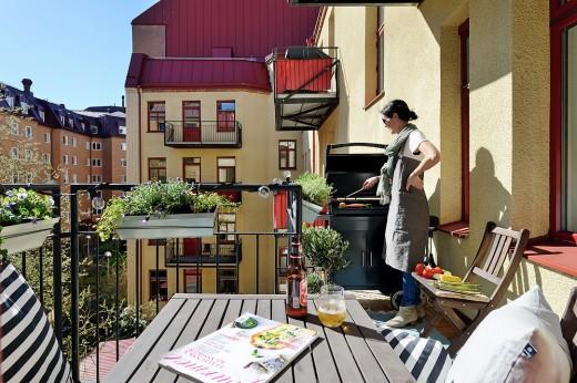 立派なBBQグリルのあるバルコニーで昼からお家BBQ