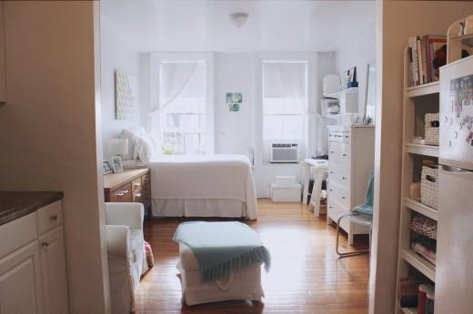 大きな上げ下げ窓が2つ並んだ明るく開放的なワンルーム的な部屋