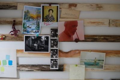 ワークスペースの壁面に木材を打ち付けてディスプレイボードに
