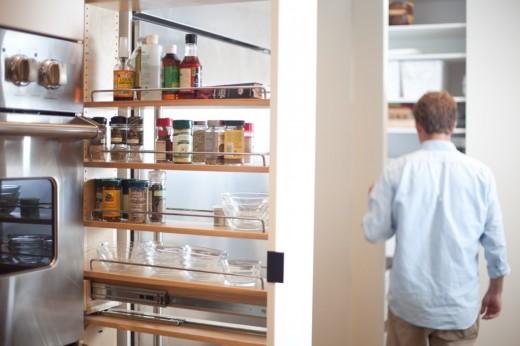 巨大な収納と巨大なカウンターテーブルのある使いやすそうなダイニング・キッチン オーブンと冷蔵庫の間には奥行きのある調味料専用の収納棚