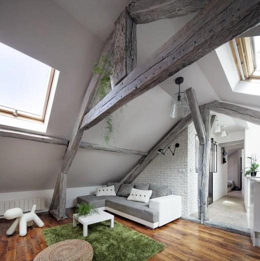 大きな天窓の入った勾配天井の下の包まれ感と開放感の共存するロフトのリビング・ダイニング・キッチン