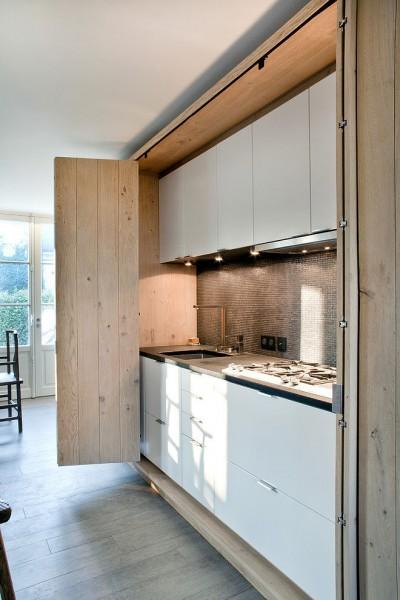 折れ戸の向こうに隠れるキッチン1