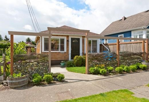 芝生の裏庭のあるコンパクトな平屋の一戸建ての玄関側