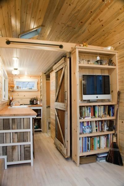 キャンピングトレーラーの離れのキッチンと本棚