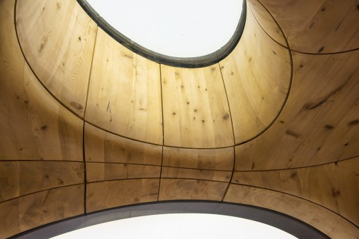 ジョージア湾北部の湖に面した、洞窟状の杉材サウナルームの天窓