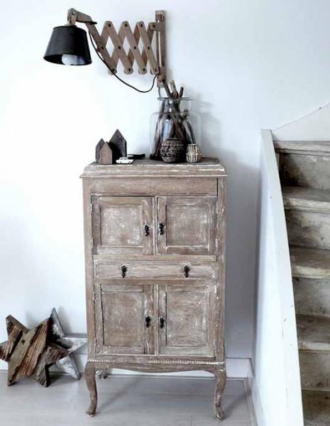 階段脇の壁に取り付けられた木製アームの壁付けシザーランプ1