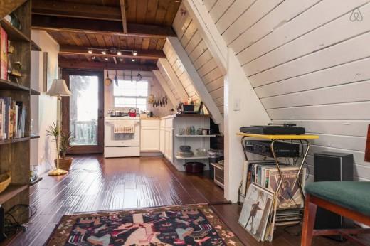 森の中に建つコンパクトなAフレームの山小屋 奥にはキッチン
