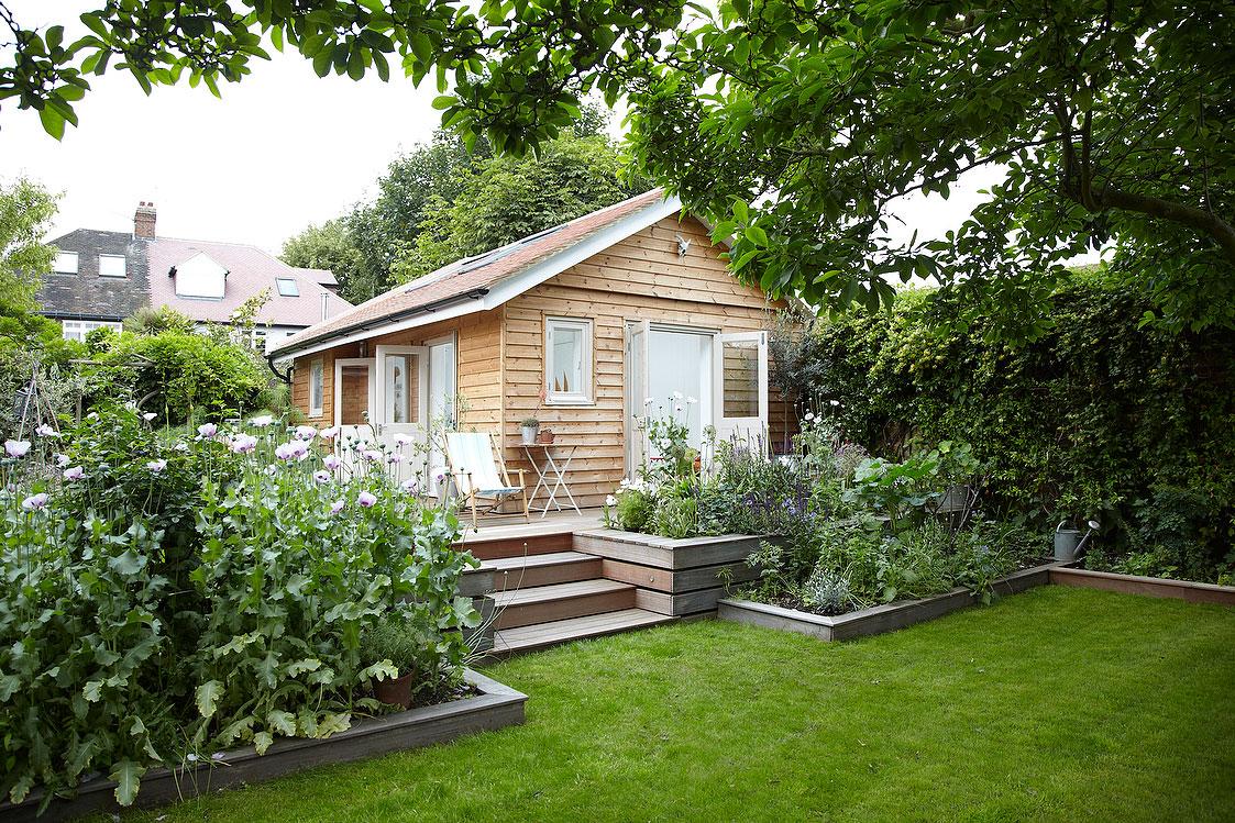 2つの大きなフレンチドアと天窓のある庭に建てられた平屋の多目的スペース