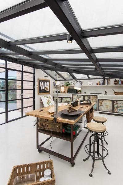 全体ガラス張りの天窓の下の明るく開放的なワークスペース 作業スペースの中央の作業テーブル