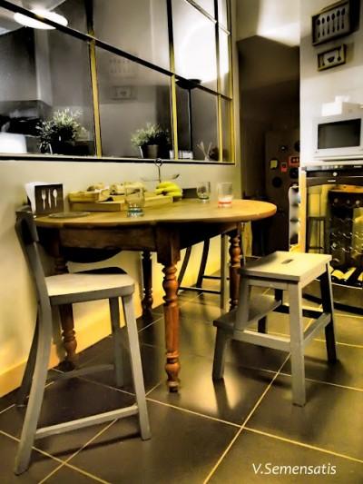 ガラス張りのキッチンの中のスモールダイニング