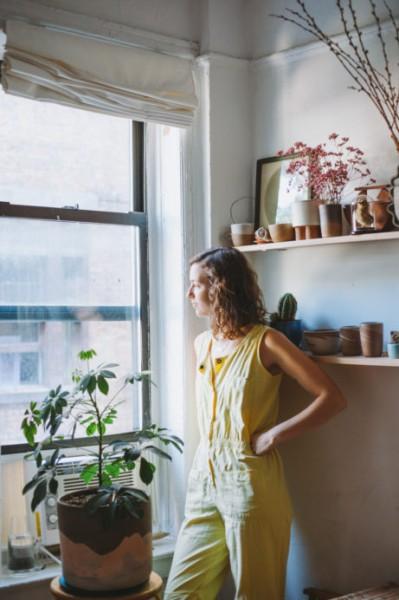 出窓的なスペースに盆栽的な鉢がディスプレイされた、縦長の上げ下げ窓のある窓際 壁の造作棚にも盆栽