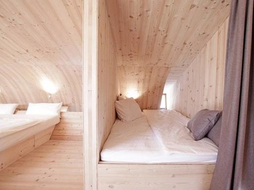 天井がアーチ状にカーブした板張りのベッドルーム3