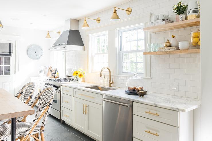 【明るく可愛らしい作業スペース】白いサブウェイタイルとナチュラルな色味の棚に真鍮を組み合わせたキッチン 住宅デザイン