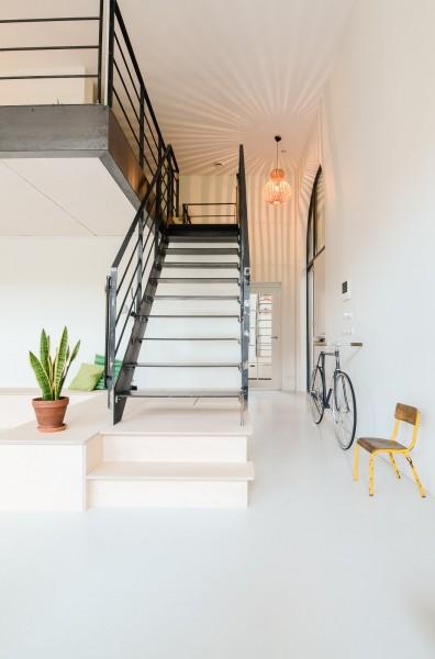 リビング・ダイニング・キッチンからメゾネット的な中二階のロフトスペースに上がるための階段