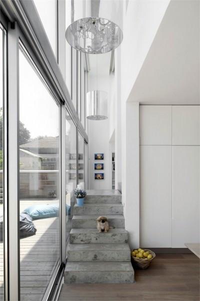 家の中心に階段がある家のダイニング側の階段