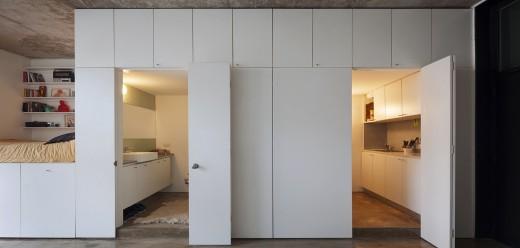 壁面収納と一体化したモジュラーのキッチンとバスルーム