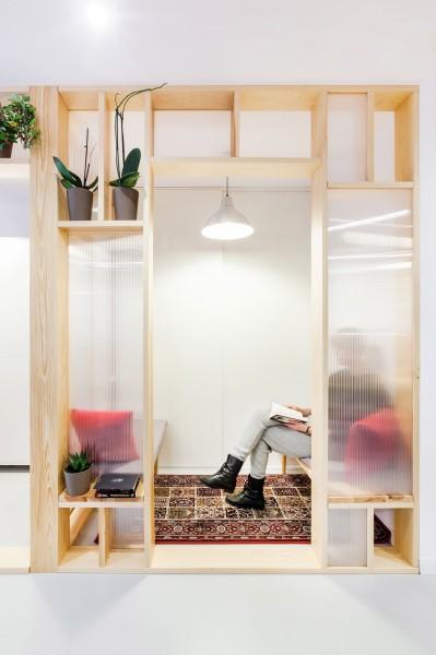 木製フレームと半透明のポリカーボネード波板で区切られたリーディングヌック的休憩スペース