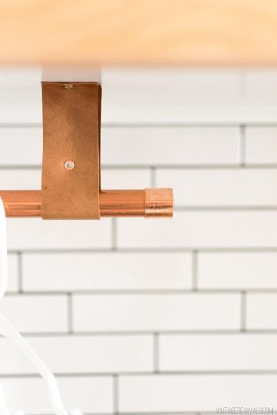 DIYでリノベーションしたサブウェイタイル貼りのランドリールーム 上部収納下の衣類用の吊り下げハンガーラック つり革と金具のアップ
