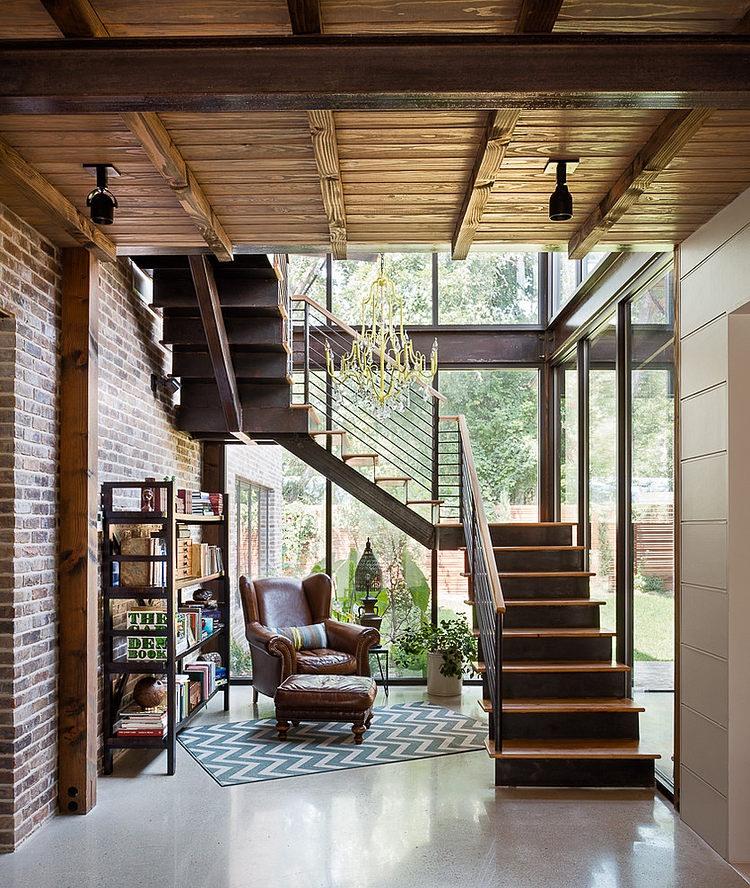 ガラス張りの階段エリアの下のゆったりとした読書コーナー