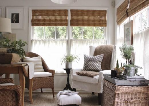 一人掛けのソファが2つ置かれた開放感のある2面窓のリビング