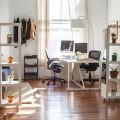背板無しのシースルー収納棚で緩く区切られたオフィス空間