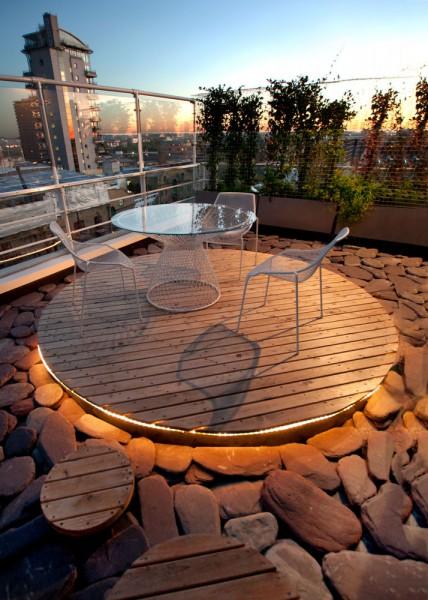 床下からライトアップされるルーフバルコニーの自宅カフェスペースの夕暮れ