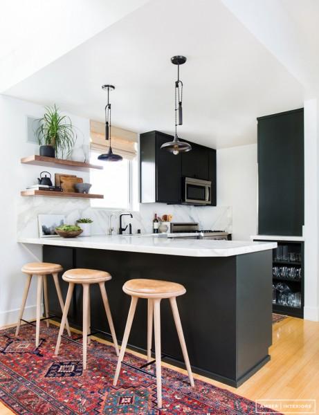 シンプルな木の造作棚のある明るく開放的な雰囲気のキッチン2
