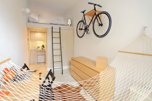 8畳弱の狭小ワンルーム ハンモックあり 壁掛け自転車ラックあり
