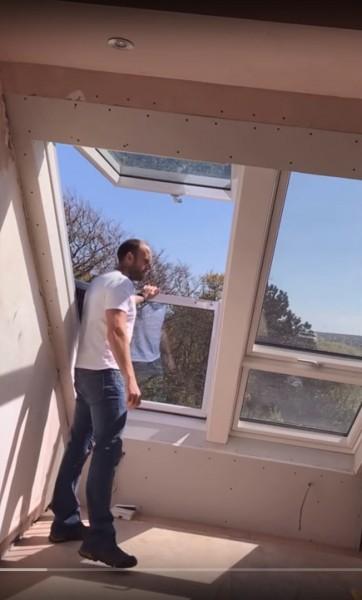 勾配天井に埋め込まれた天窓がバルコニーになるVELUXのCABRIOの動作説明3