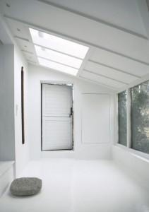 純白の室内に天窓から差し込む光