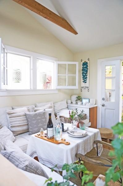 天窓と両開きの可愛らしい窓のあるコンパクトなリビング・ダイニング・キッチン2