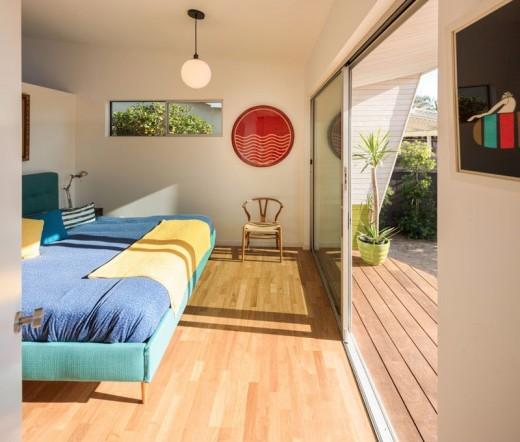 ウッドデッキの屋外スペース付きの明るく開放的なベッドルーム