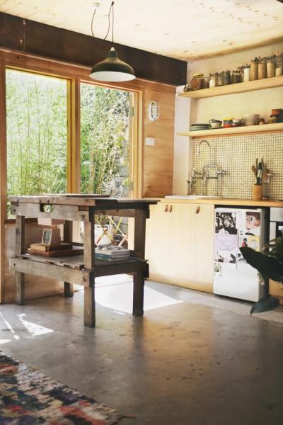 テラスの脇のレトロなタイル張りのキッチン2