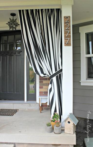 DIYで作った住居表示板の取り付けられた玄関ポーチの柱