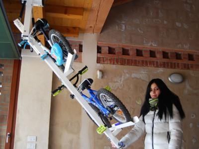自転車駐輪用ラックflat-bike-liftに子供用自転車を2台載せる1