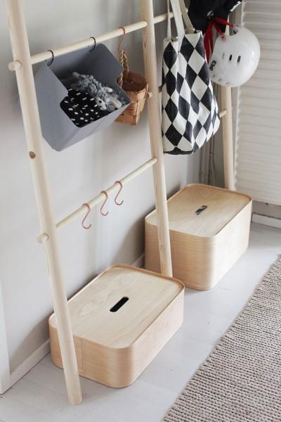 シンプルな立て掛けタイプの木製丸棒ハンガーラックの下には小物収納