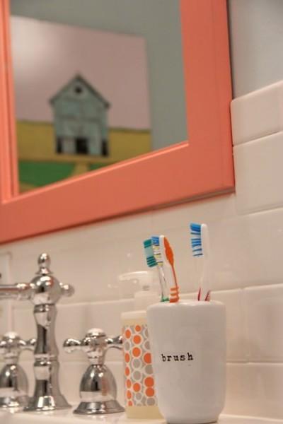 カラフルで可愛らしいサーモンピンクのバスルーム2