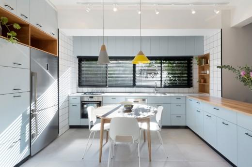 ブラインド越しに大量の光の降り注ぐ明るく開放的なダイニング・キッチン 正面から