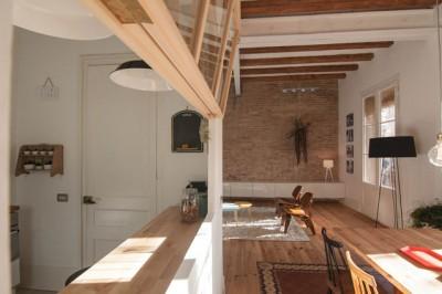 キッチンとダイニングをつなぐ開閉式の大きなガラス窓2
