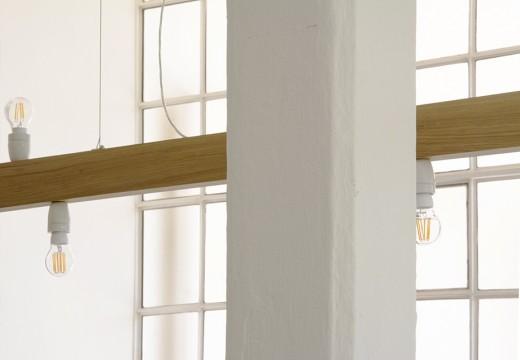 白基調の明るく開放的なダイニング・キッチンの格子窓と梁とLEDクリア電球のエジソンランプ照明