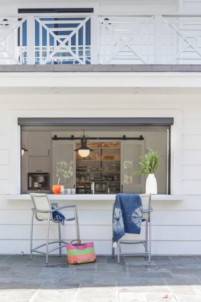大きなカウンター付きの窓で庭とつながる開放的なダイニング・キッチン2