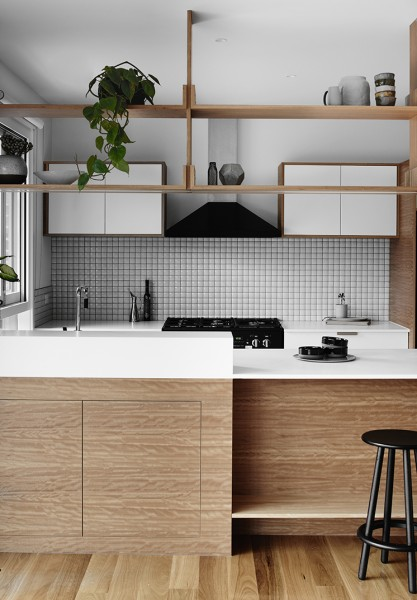 背板のないスルーな吊り棚と対面式カウンターのあるキッチン