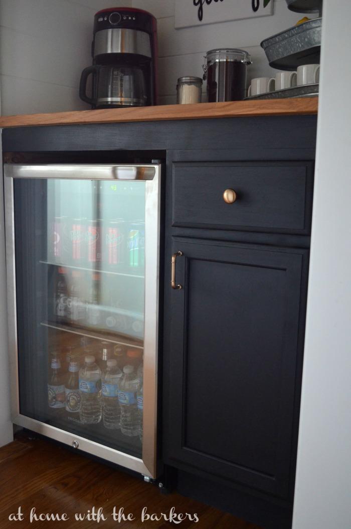 階段下のスペースにDIYで作り込まれた飲み物専用サブ冷蔵庫置き場2